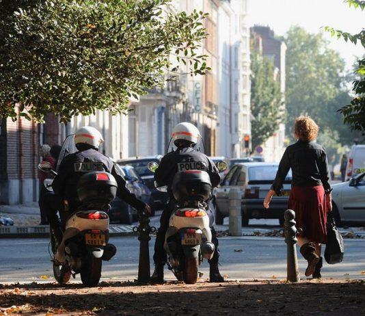 Policiers en scooter devant le jardin Vauban à Lille.