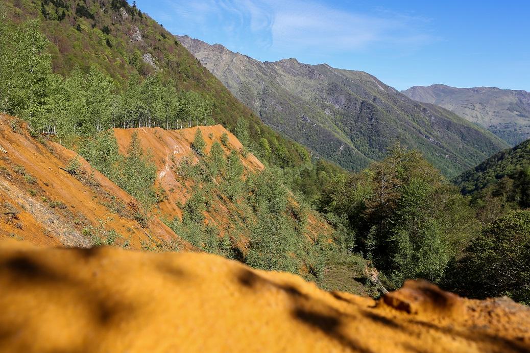 Les dêchets de la mine de tungstène sont bien visibles avec leur couleur orangée © Frédéric Scheiber