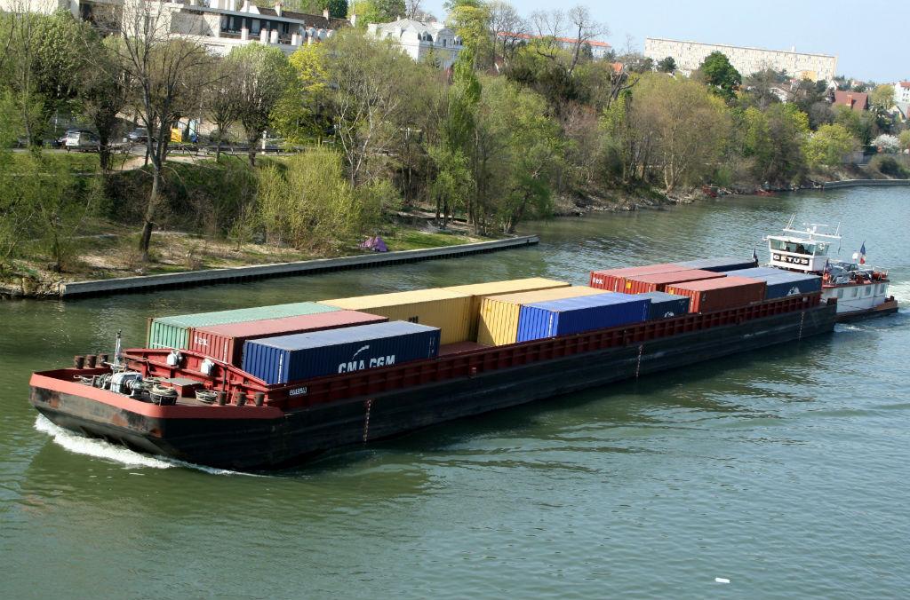 Pousseur et barge porte conteneur sur la Seine. Photo: Creative Commons/Remi Jouan