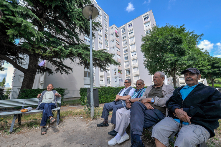 03/07/2017 - GIVORS - RHONE - FRANCE - La mairie de Givors, commune au sud de Lyon, a la confluence du Rhone et du Gier, entre les monts du lyonnais et le Pilat, une des 2 dernieres communes de la metroppole de Lyon, administrees par un maire communiste, Martial PASSI. {photo} des chibanis, retraites, habitants des Vernes depuis plus de 30 ans, profitent du soleil - Photo Rolland QUADRINI / KR Images Presse