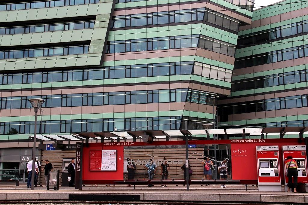 Le Grand Lyon s'est plié en quatre pour servir les intérêts des gestionnaires d'actifs et flécher leurs investissements. L'immeuble de bureaux Woopa, qui accueille des entreprises de l'ESS comme La Nef ou Rhone-Saone-Habitat, est situé au pied du tramway T3 et du terminus de la ligne A. (Photo : Nicolas Barriquand)