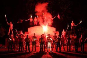 """Identifiés comme des étudiants de l'Ices, des """"Hommen"""" manifestent la nuit du 19 mai 2013 contre le mariage pour tous. Une démonstration saluée sur tous les sites d'extrême-droite. Photo: PY Bulteau"""