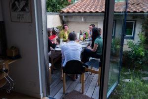 Apéro partagé par les 3 familles du collectif hébergeant Ibrahim, pour la première fois réunies autour de lui. Au ménu des discussions : son accueil pendant les vacances / Photo: Armandine Penna