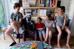 """Aurélie, Vincent et leur 3 enfants accueillent Ibrahim - originaire de Guinée Conakry- dans leur maison de Trentemoult (Rezé,44), en alternance avec deux autres familles du """"collectif des hébergeurs solidaires"""" / Photo: Armandine Penna"""