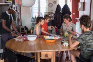 Ibrahim participe à la préparation collective du diner / Photo: Armandine Penna