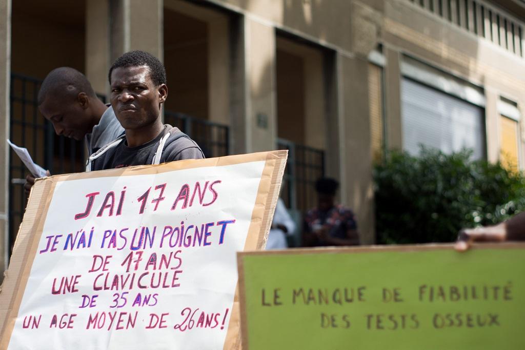 Manifestation a Lyon contre les tests osseux sur les mineurs isoles refugies et etrangers