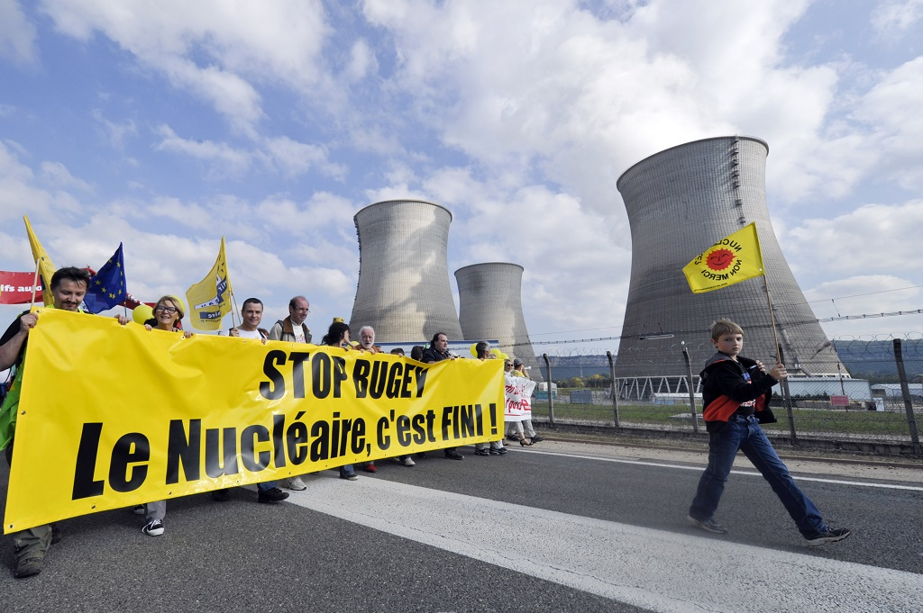 [Archive] Manifestation de militants anti-nucléaire devant la centrale du Bugey en octobre 2011. Photo : R.Quadrini/KR Images Presse