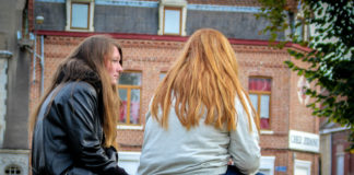 """Morgane, la soeur de Louis (ici à gauche avec une amie), espère que son frère """"qui s'écroule"""" remontera bientôt la pente. Photo Juliette Duclos."""