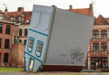 La maison renversée, oeuvre de Jean-François Fourtou dans le cadre du programme Lille 3000 en 2013. Photo: Andia
