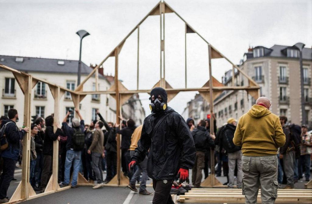 """A l'issue de la manifestation du 10 octobre, autonomes et syndicalistes construisent une maison du peuple, face à la préfecture / Photo: """"Camille"""" dans le cortège"""