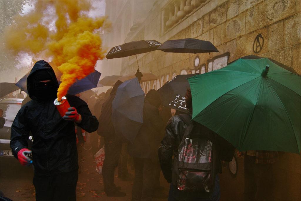 """Au cœur de manifestation, dans un brouillard de fumigènes / Photo: """"Camille"""" dans le cortège"""