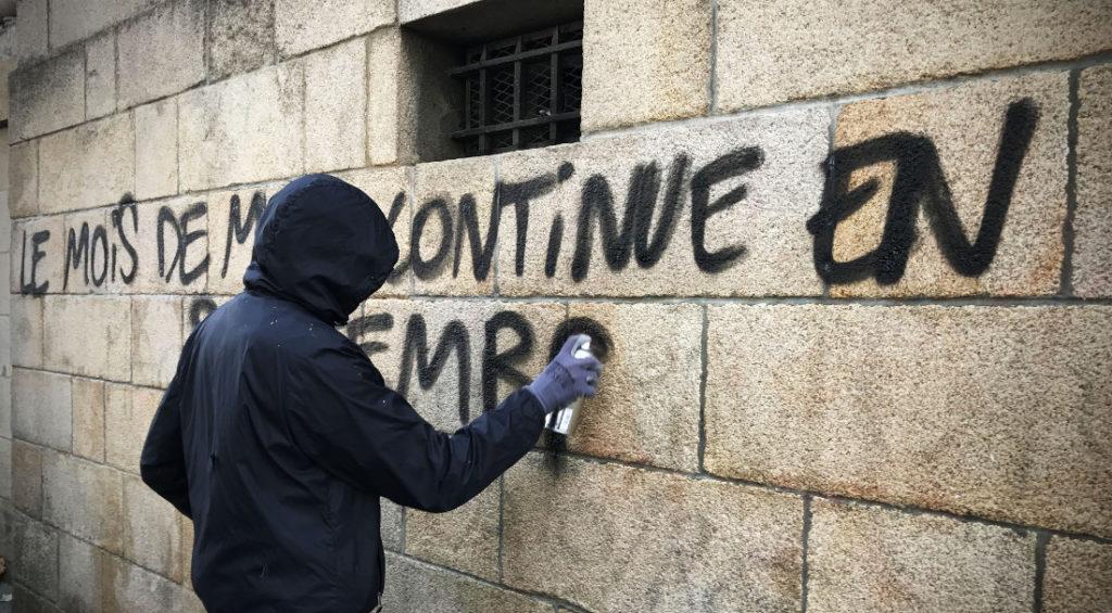 """Un taggeur en marge d'une manifestation à Nantes / Photo: """"Camille"""", dans le cortège"""