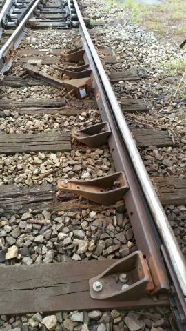 Tires-fonds absents ou arrachés, traverses déteriorées: cette voie de la gare de triage de Somain est pourtant ouverte à la circulation. Photo: DR.