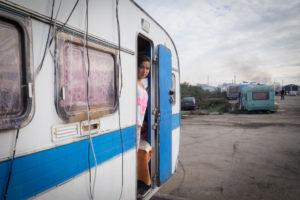 Quai Wilson, sur l'île de Nantes, Esmeralda, 13 ans, attend avec hâte de pouvoir retourner à l'école. / Photo: Armandine Penna