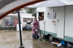 Sol betonné, sanitaires, poubelles pour les ordures...et grillage autour. Le terrain aménagé par la mairie de Rezé au Vert-Praud accueille 10 familles Roms depuis le 17 octobre. / Photo: Armandine Penna