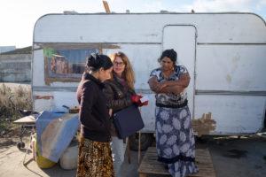 Sylvaine Devriendt, coordinatrice du programme Médiation Bidonvilles de Médecins du Monde (MDM), fait le point avec une habitante sur ses rendez-vous médicaux à venir.