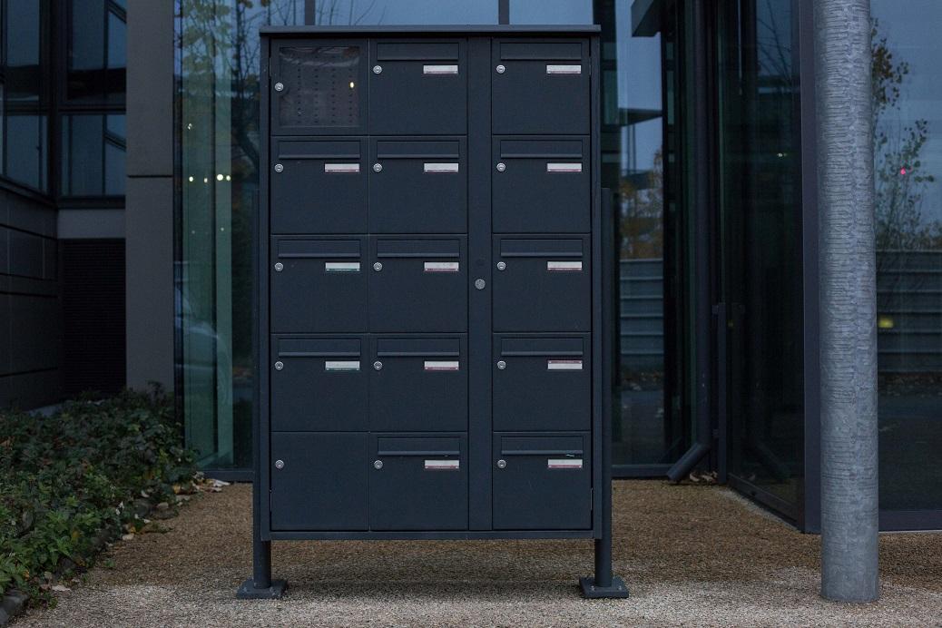 Au pied de la Tour 4 de l'ensemble Portes Sud, à Bordelongue, pas un seul nom d'entreprise sur les boîtes au lettres de cet immeuble de bureaux toujours vide. (Jean-Christophe Magnenet)