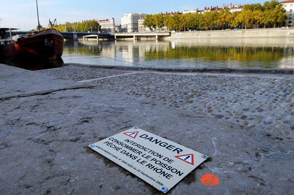 [ARCHIVES] En 2007, des panneaux sont disposés le long du Rhône suite à l'interdiction de consommer les poissons du fleuve. Photo : R.Quadrini/KR Images.
