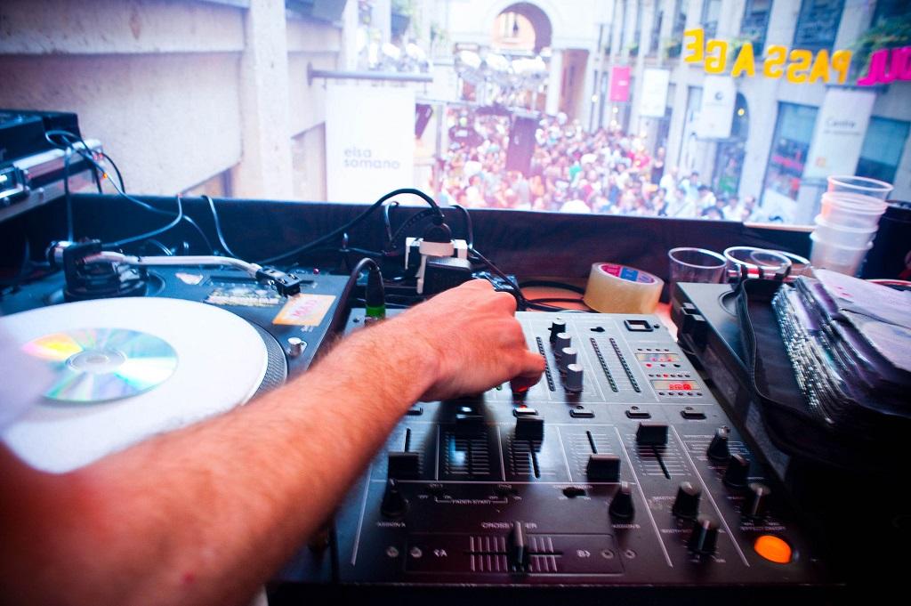 (69); le 21 mai 2009, Lyon, rue dans le 1er arrondissement. Festival des Nuits Sonores. Public assistant aux differentes performances de nombreux dj et groupes venus de part le monde.