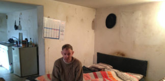 """""""Mustapha"""" est un des locataires des 105 logements vendus par Soliha MN (ex-PACT) à un bailleur privé pour échapper à la faillite. Des logements en très mauvais état qui n'ont vu aucuns travaux depuis le changement de propriétaire. Photo : Elsa Sabado"""