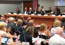 Les élus de la Métropole européenne de Lille ont applaudi le discours de leur président, Damien Castelain, exprimant sa « haine » suite aux révélations de Mediacités sur la prise en charge de certaines de ses dépenses privées par la collectivité. Capture d'écran, vidéo France 3.