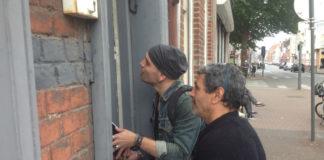 Depuis juin dernier, des militants lillois de La France Insoumise expérimentent la « méthode Alinsky », un outil de mobilisation des quartiers populaires, comme ici dans le quartier de Moulins. Photo : Sylvain Marcelli