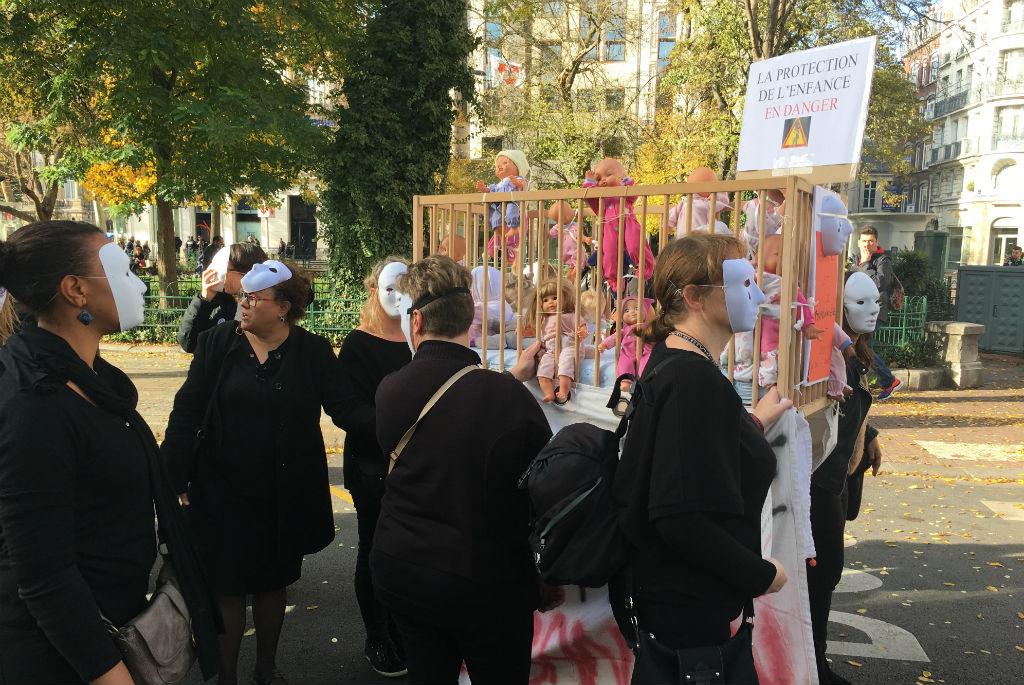 La manifestation des professionnels de la protection de l'enfance contre les conséquences de la chute des crédits alloués par le Département a réuni entre 600 et 1000 personnes le 7 novembre 2018. Photo : Elsa Sabado.