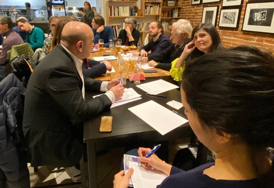 Une douzaine de lectrices et lecteurs de Mediacités sont réunis autour d'une table pour un atelier thématique sur la gentrification.