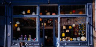 Devanture d'un commerce dans le quartier du Vieux-Lille. Photo : Artem Gavrysh / Unsplash