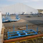 Les pieces des bateaux de Jeanneau (groupe Beneteau) senracinent derriere un hangar