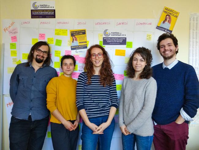 Margot Medkour, au centre, entour née d'une partie des colistiers de Nantes en commun·e·s Nantes en commun·e·s (c) Thibault Dumas