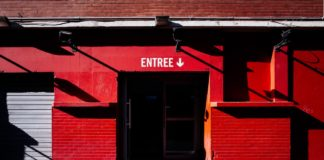 Entrée de la salle d'exposition et de spectacle le Tripostal, près de la gare Lille Flandres