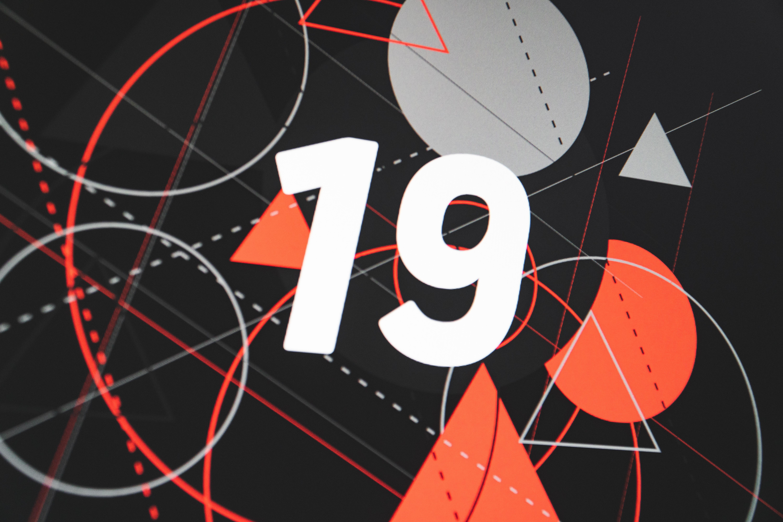 """Figures géométriques évoquant le coronavirus, avec le texte """"19"""""""