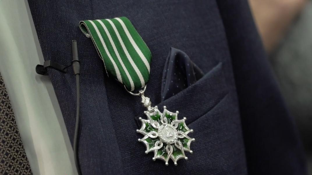Medaille de l'Ordre des arts et lettres accrochee a la veste de Gerard Allard (c) Capture d'ecran Youtube – Ville de Reze