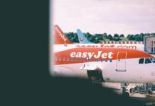Un avion de la compagnie Easyjet sur le tramc d'un aeroport