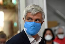 Laurent Wauquiez president LR de la region Auvergne-Rhone-Alpes a visite ce mardi l entreprise Texinov (Saint-Didier-de-la-Tour) qui se lance dans la production des masques de protection FFP2