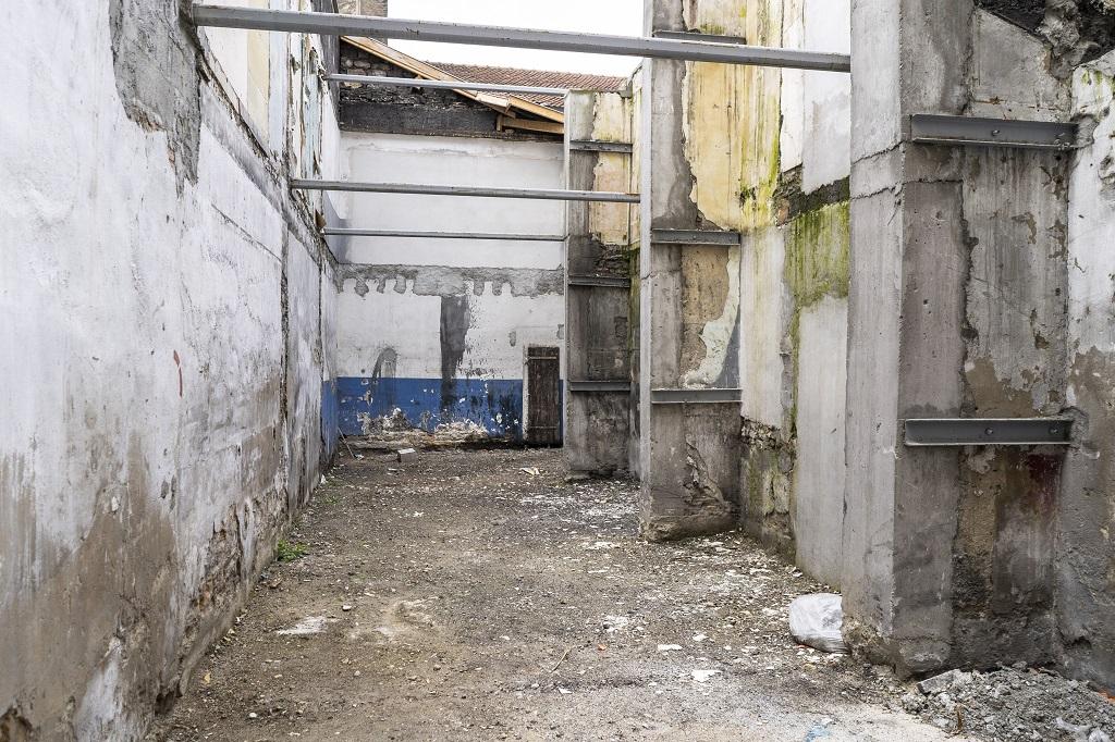 Parcelle vide entre deux immeubles