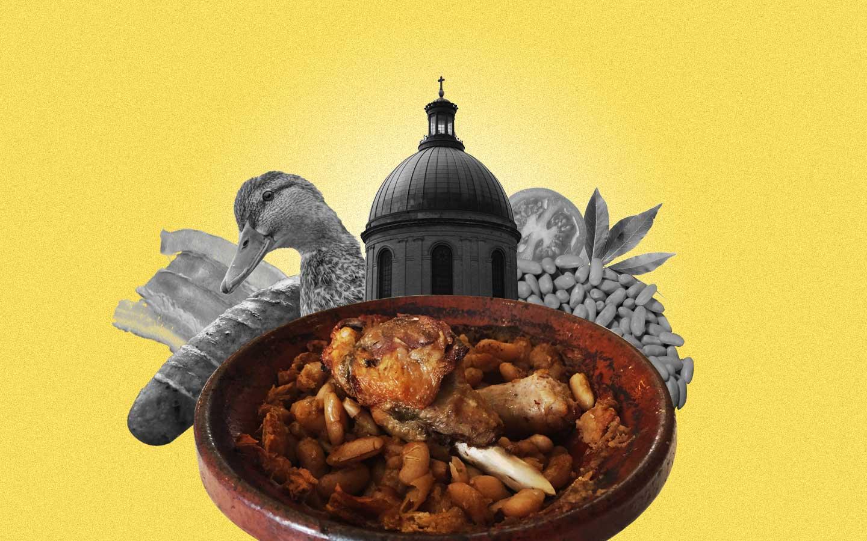 Une composition présentant un plat de cassoulet au premier plan. Derrière à gauche, on aperçoit un canard, du lard et une saucisse de Toulouse. Sur la droite, des lingots de Castelnaudary, une tomate et des feuilles de laurier.