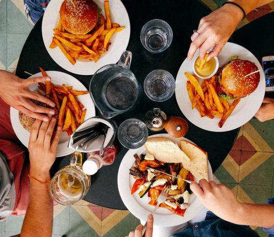 Vue de haut d'un repas au restaurant composé de burgers et de frites